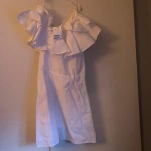 Helt ny klänning från hm med lapparna kvar, jätte fin passform med oneshoulder och volanger❤️ kan mötas på lidingö annars blir det post som köparen står för OBS! Litet hål vid dragkedjan lätt att sy ihop💓