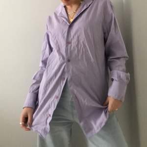 Lila skjorta köpt second hand, oversized. Super snygg färg och passar super snyggt till blåa jeans.