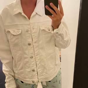 Hej, jag säljer en jeans jacka från mango. Den är vit i storlek XL. Säljer för 150kr ink frakt.