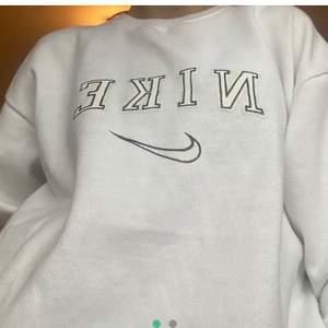 nike sweatshirt vintage!! (bilderna är från den gamla ägaren) den är i fint skick, inga fläckar osv! skicka privat för egna bilder🥰