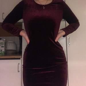 Vinröd klänning i sammet, fin passform, gott skick!❤️🌹