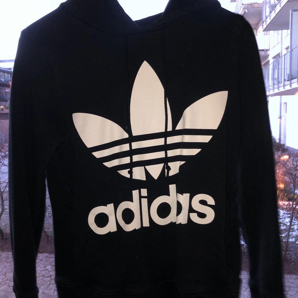 Super mysig oversized adidas hoodie. Passar M/S/XS 🥰 Knappt använd och finns inga fel alls med den!. Huvtröjor & Träningströjor.