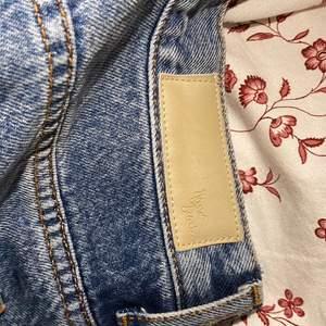 Använt max 3ggr. Dessa jeans är raka och lågmidjade. Storlek är S. Orginalpris minns jag ej. Utgångspriset är 150kr, annars gäller högsta budgivning.