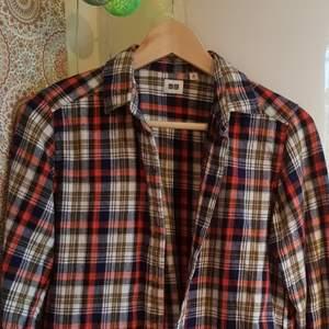 Sååååå fin flanellskjorta som inköptes secondhand i New York! Jätte bra skick och så mysig! Står att den är i strl m, men defenitivt en s. Passar med t-shirt under eller inte :) Kontakta vid frågor!