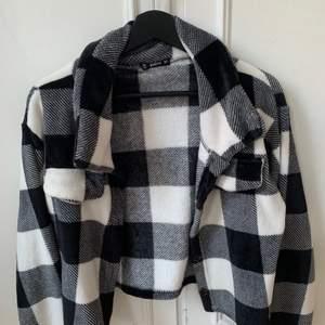 Denna jackan är från Shein, kvaliteten är jätte bra. Den är skön och mysig och den är perfekt att ha när man är ute på våren eller sommaren.