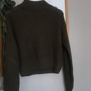 En stickad grön tröja i strl S. Jättemysig och fin att ha nu till våren (obs! den har blivit lite missfärgad som man kan se på sista bilden ) 50kr + frakt 😊