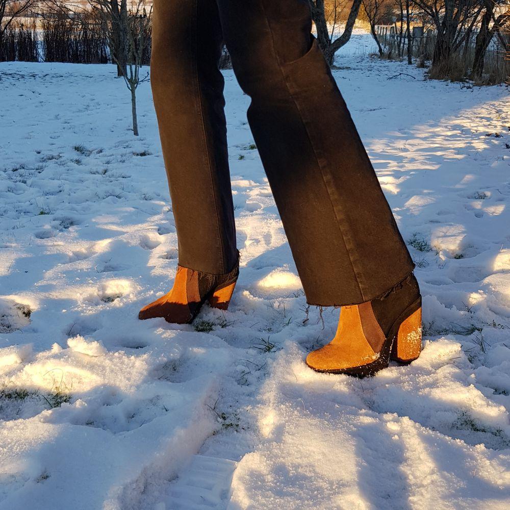 Fräna platåskor i äkta mocka. Bring back the 70s! 🔥      I begagnat skick, slitna men vill rockas mer av någon annan! Tunga och rejäla skor! Normal i storleken.                                             Först till kvarn! 💫 +frakt 99kr. Skor.
