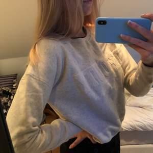 Jätte fin ljus beig tröja från hunkydory stockholm! Väldigt varm och mjuk🤍 köpt för 1200kr och i väldigt fint skick då den knappt är använd💫