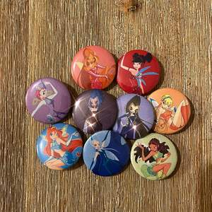 Nu har vi även lagt till Trix häxorna! 🌜 Alla pins 10:-/st eller alla på bilden för 80:- ✨ Vi gör även custom beställningar, har du bilder du vill göra pins av? Vi har massor av designs på profilen, och vi samfraktar allt för 12:- 🌸✨