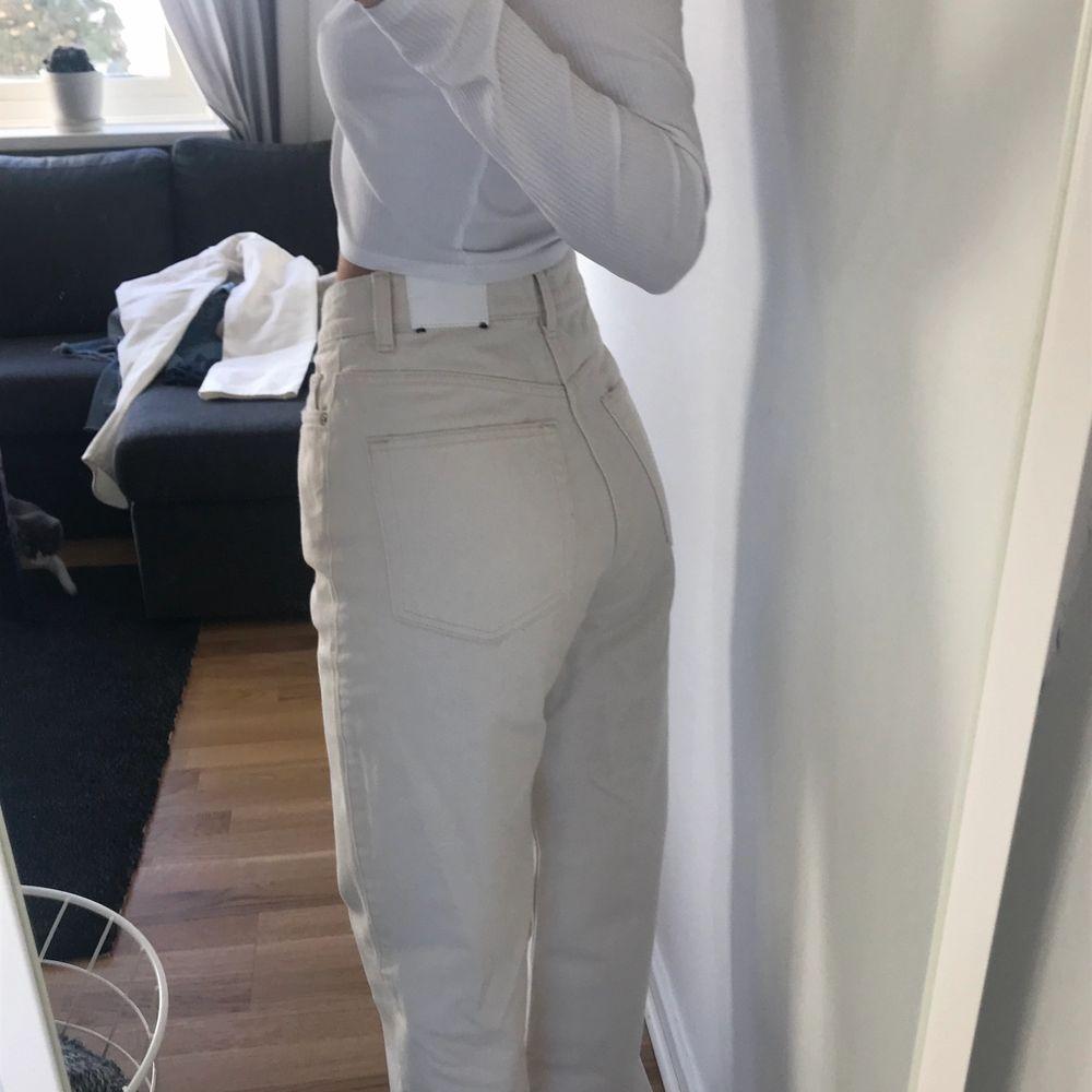 Beiga jeans från weekday i modellen Row. Knappt använda 2ggr då de är lite stora för mig nu och känns inte som jag kan göra dom rättvisa! Frakt inkl. Jeans & Byxor.