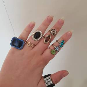 Riktiga vintage ringar, super fina!!🥺-pinterest vibes. Alla ringar på bilden! På första bilden syns inte alla ringarna