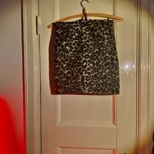 """skitsnygg leopardkjol från weekday! den är """"luddig"""" på utsidan men är linead med ett annat tyg så den är inte stickig. den är väldigt snäv så om du är som jag o har större höfter så går den inte riktigt över dom, därav säljer jag den!"""