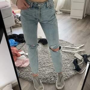 Jätte snygga jeans säljes! Mom jeans modell ifrån hm helt slutsålda! Köparen står för frakt på 66 kr! Är 170