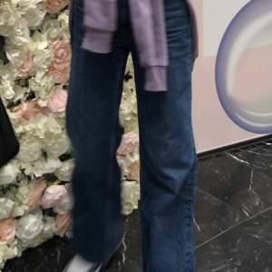 Säljer mina superfina mörkblå mid rise jeans för att de är lite för stora för mig, jeansen är super fina och hade önskat att de passade