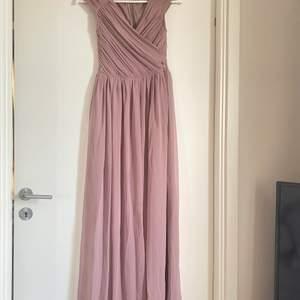 Långklänning/balklänning från Nelly i storlek 34. Köptes för 899 kr endast använd 1 gång. Den är lång så passar både korta (sy upp)  och långa personer. Sååå fin färg💞💕