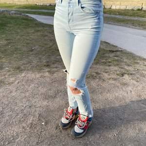 Somriga och slitna jeans med superbra passform och snygga hål på knäna. Jätteanvändbar färg!