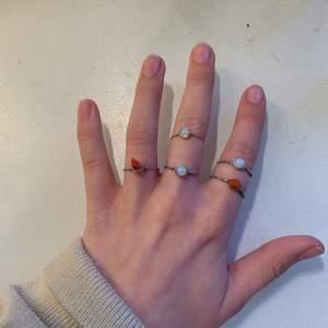Guld/Silvriga ringar av tunn ståltråd med kristallerna karneol och opal/opalit☄️✨🌙