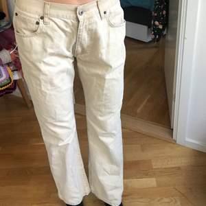 Beiga lågmidjade jeans från märket MC. Gordon. Storlek: W:32 L:30. Skitsnyggt att ha med typ Drmartens till!!
