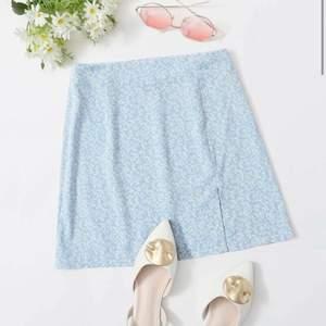 Super fin kjol till sommaren, skönt material och inte för tjockt eller tunt material💕 helt oanvänd, säljer bara vid bra bud💕fråga gärna om fler bilder om du är intresserad 💕