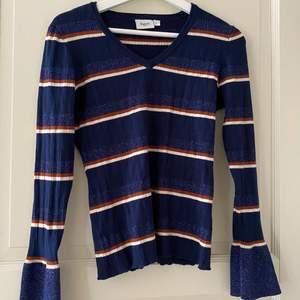 En jättesöt tröja med glittriga detaljer ✨❤️                    Storlek L men liten i storleken så passar L-S skulle jag säga❤️ säljer för 70+ frakt ❤️