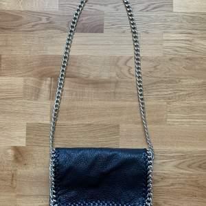 Svart väska från Tiamo Scorett. Nypris-499kr. Den är i hyfsat bra skick och väldigt fin.