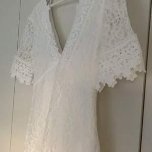 Supergullig spets klänning, perfekt till studenten! Den är använd fåtal gånger så den är i super fint skick. Jättefina detaljer!