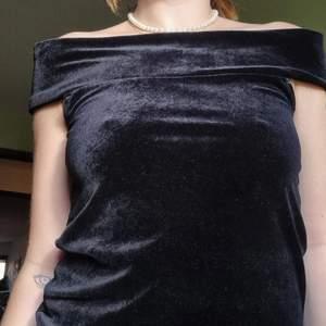 Axellös topp för den som vill känna sig som Audrey Hepburn i Breakfast at Tiffanys✨ säljer enbart för att jag har ett par väldigt snartlika toppar, perfekta toppen när man vill vara lite lyxig o uppklädd, väldigt smickrande passform, bekväm i lite stretching. Köpt från second hand butik i Melbourne, märket