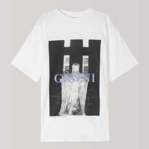 Ganni t-shirt. Strl M, ville ha den lite oversize. Köpt för några år sen men sparsamt använd. Helt slutsåld 🦋