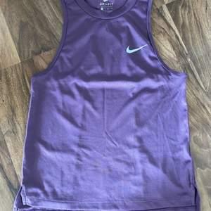 Lila träningströja från Nike i storlek S. Kortare i modellen. Använd någon enstaka gång. Köparen står för frakten.