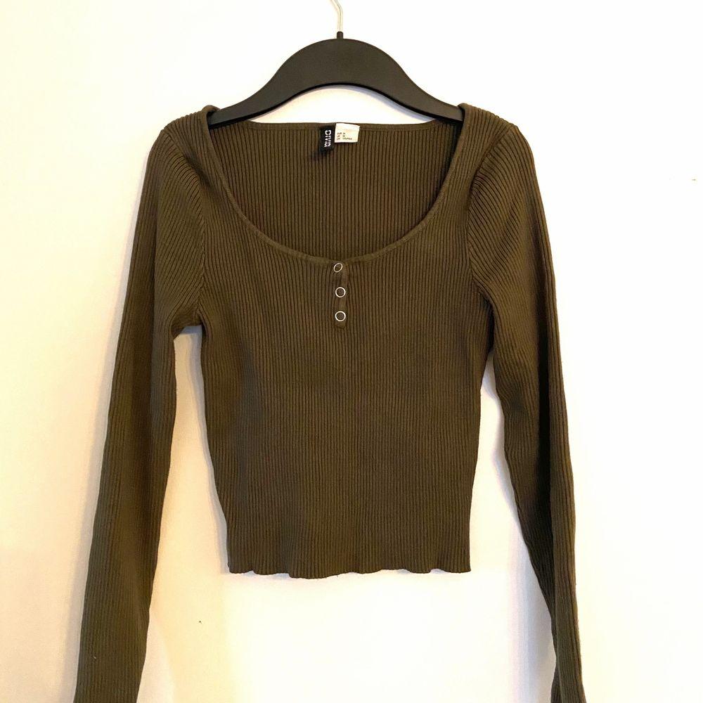Säljer den här superfina gröna tröjan. Passar perfekt till allt. Hör av dig om du vill ha fler bilder!. Toppar.