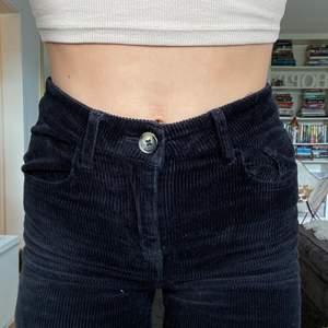 Jeans i manchester-material, storlek 34 och använda typ en gång! 🥰