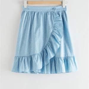 Säljer min älskade kjol från Other Stories som jag köpte förra sommaren, pga av att den har blivit lite liten och den kommer tyvärr inte till användning längre. Använd fåtal gånger. Kostade 600kr när jag köpte den, säljer för 300 kr + frakt. Köparen står för frakten, hör av dig vid intresse🥰