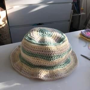En buckethat jag virkat själv i bomullsgarn. Oanvänd och i storlek M/L ungefär!