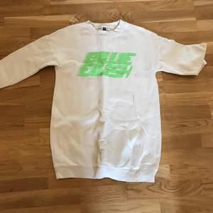 säljer Billie Eilish sweatshirt merch från hm! jag säljer den för 50kr + frakt! skriv till mig på DM om du är intresserad eller har några frågor!