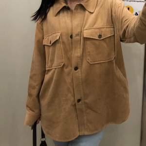 skjortjacka i beige färg. strl M-L