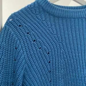 En blå stickad tröja från Gina. Knappt använd 💙💙