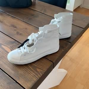 Helt oanvända vita höga sneakers i storlek 43.