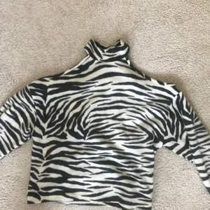 Trendig zebra tröja med öppna axlar. Aldrig använd!