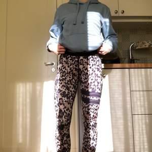 Ett par stronger tights i storlek S. köpte dom för 700 kr och säljer för 250 kr + frakt. Fint skick och använd ett fåtal gånger!❤️ pris kan diskuteras. Skriv vid frågor eller om du vill ha fler bilder🥰