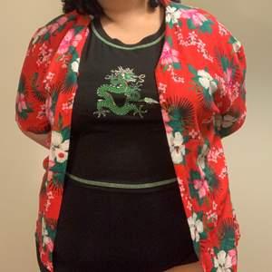 En super söt hawaii tshirt som är helt oanvänd 🌸🌺 skulle gissa på storlek xl-xxl! Instagram: @tiarasgarderob