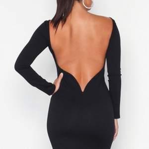 Säljer denna underbara klänning från Nelly! Den är tyvärr för liten för mig men sååå fin🖤🖤🖤🖤