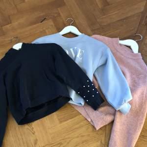 Säljer 3 tröjor kostar  60kr st en är blå och har ett märke i vitt där det står LOVE som är från Lindex och kostar 50 . Den andra är rosa och är i stikat matrial som är från zara. Den sista är mörkblå och är från Lindex och har pärlor på ärmarna