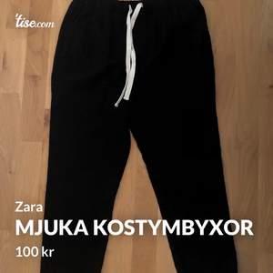 Jättefina oanvända med prislapp kvar typ mjuka kostymbyxor från Zara i S. Dom heter The Weekend Pant och är köpta för 399 men passade tyvärr inte mig. Byxorna är ganska korta i modellen och har två bakfickor och två framfickor. Skriv bara om du har någon fråga🤍🤎🦋