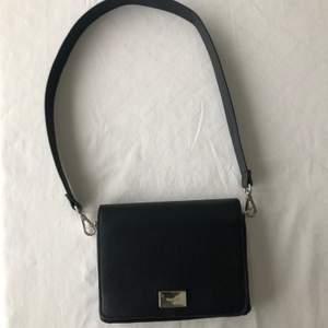 Säljer denna svarta crossbody väskan från Bershka🤍 Använd till vardags någon enstaka gång men skicket på den är precis som nytt. Till väskan tillhör två axelband, ett brett svart och även en kedja i silverfärgad metall. Axelbanden byts enkelt med knäppen.🤍✨