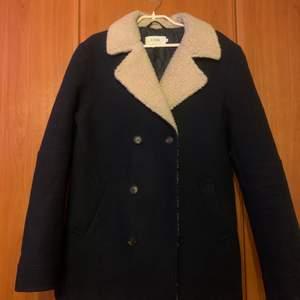 Säljer en vinter/vår jacka i strl M (herrstrl), är i bra skick!