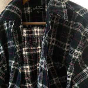 super fin över en hoodie har ingen mer bild tyvärr, säljer för 100kr + frakt (du får välja spårbar eller ej) jätte skön och skulle nog säga att den passar L- XL