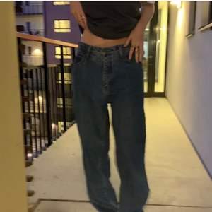 Lågmidjade jeans köpta på Plick men inte passade så som jag önskade (bilderna är den förra ägarens) inga defekter alls och är i en superfin färg! Tjejen på bilderna är 173cm