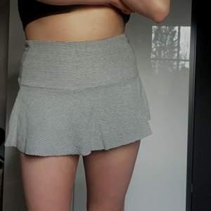 Skit snygg trendig kjol!!!! Kort och liksom volang så den går ut efter höften! Som ny!!!😀😀😀😀😍😍 köpare står för frakt