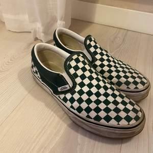 Säljer dessa vans. Som ni ser på bilden har jag använt dom några gånger, och där med är dom lite smutsiga dock jag kan tycka slitna skor är snyggare men det är smaksak💕Men går att tvätta!
