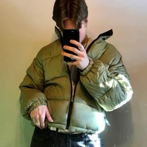Jättesnygg puffer jacket i en grön färg. bra skick frakt: 63kr (postnord spårvart)  Dessa är enda bilderna som jag har på plagget! :)